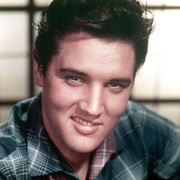 Elvis Presley uśmiechnięty w koszuli w kratę