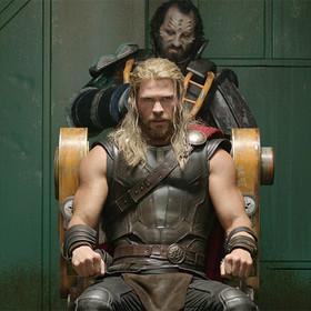 """Jaką broń będzie miał Thor w """"Avengers: Infinity War""""? Wyciekło zdjęcie jego nowej figurki"""