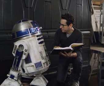 """J.J. Abrams wystawił na aukcji charytatywnej fabułę IX epizodu """"Gwiezdnych wojen"""""""