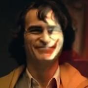Joaquin Phoenix zmienia się w Jokera. Jak aktor prezentuje się jako Książę Zbrodni w Gotham?