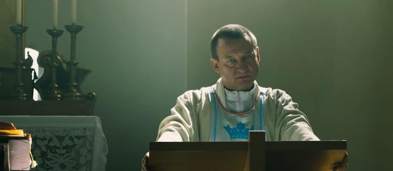 Robert Więckiewicz w filmie Kler