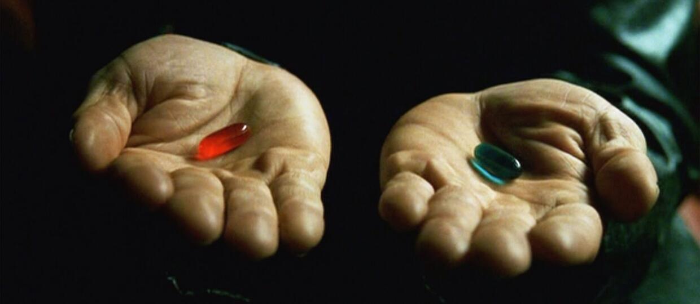 czerwona i niebieska pigułka - scena z filmu Matrix