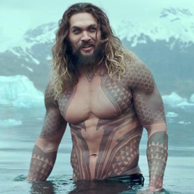 """Twarz Josha Brolina na majtkach Jasona Momoy. Gwiazdor """"Aquamana"""" stworzył własną linię bieliźniarską?"""