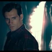 Superman (Henry Cavill) patrzy na nowy strój
