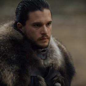 """Zdjęcia z planu """"Gry o tron"""" ukazują Jona Snow podczas spotkań z bardzo istotnymi postaciami"""