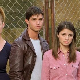 """Obsada serialu """"Roswell"""" ujawniona. Kto wcieli się w nastoletnich kosmitów i ich ziemskich przyjaciół?"""