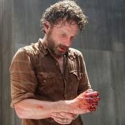 """Twórca """"The Walking Dead"""" żałuje, że serialowy Rick nie stracił ręki"""