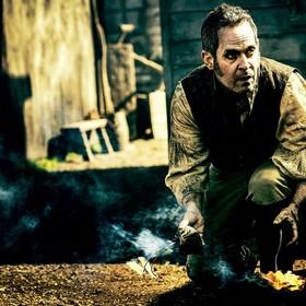 Tom Hollander w serialu Tabu