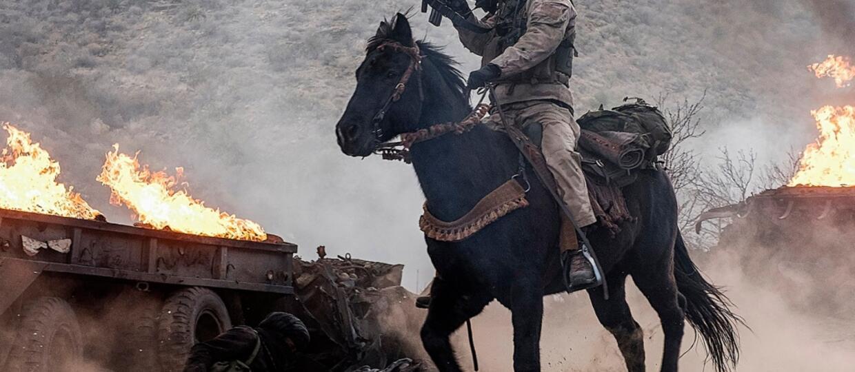 Chris Hemsworth na koniu i z karabinem walczy przeciw talibom w zwiastunie filmu opartego na faktach