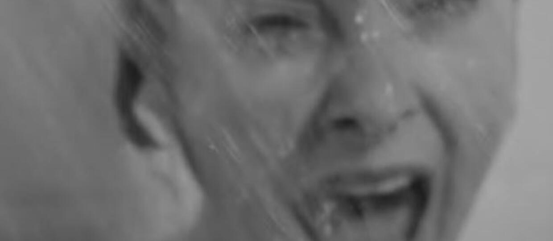Pychoza, scena pod prysznicem