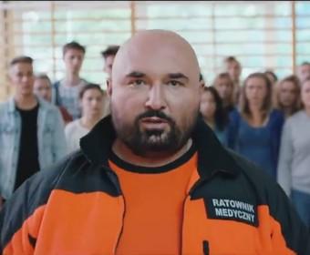 """Patryk Vega obiecuje w nowym zwiastunie, że serial """"Botoks"""" znokautuje widzów"""