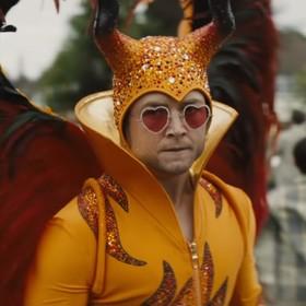 Taron Egerton jako Elton John