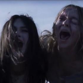 Emilia Jones i Taylor Hickson w filmie Ghostland