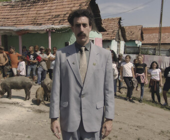Sacha Baron Cohen jako Borat - kadr z filmu Borat 2