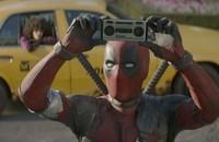 """Ryan Reynolds złożył hołd legendzie country, Kenny'emu Rogersowi. Jak wygląda alternatywna scena """"Deadpoola""""?"""
