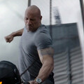 """kadr z filmu """"Szybcy i wściekli: Hobbs i Shaw"""", Dwayne """"The Rock"""" Johnson"""