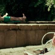 Kadr z filmu Tamte dni, tamte noce. Elio i Oliver leżą nad basenem