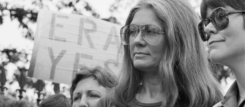 "Julianne Moore i Alicia Vikander jako Gloria Steinem. Szalony zwiastun filmu ""The Glorias"""