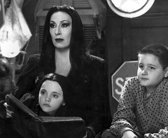 """Tim Burton stworzy nowy serial o Rodzinie Addamsów. Pomogą mu twórcy """"Smallville"""""""