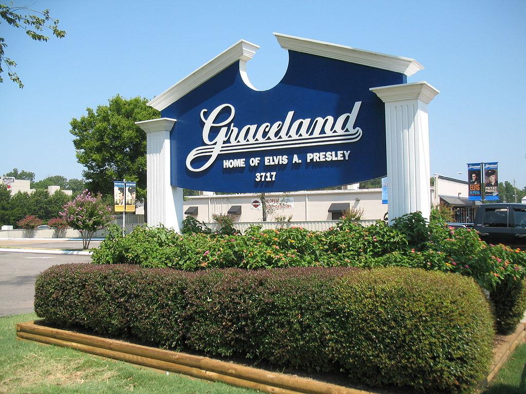 1024px-Gracelandwelcomes2008