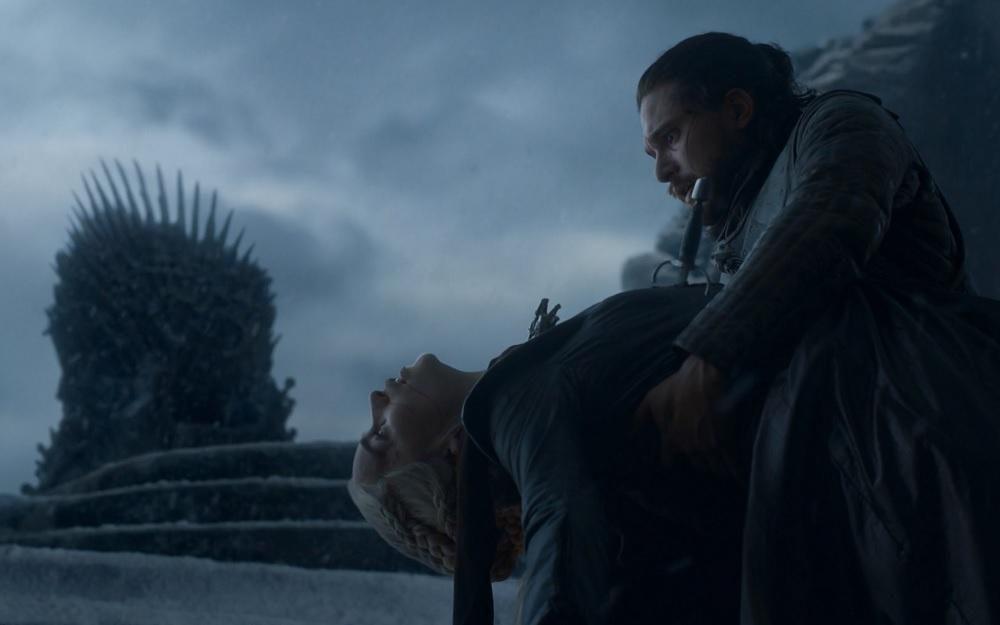 """Jon Snow zabija Daenerys Targaryen, foto: kadr z 6. odcinka 8. sezonu """"Gry o tron"""""""