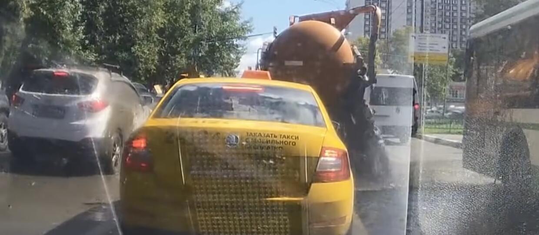"""Feeria brązu, czyli """"eksplozja"""" szambiarki"""