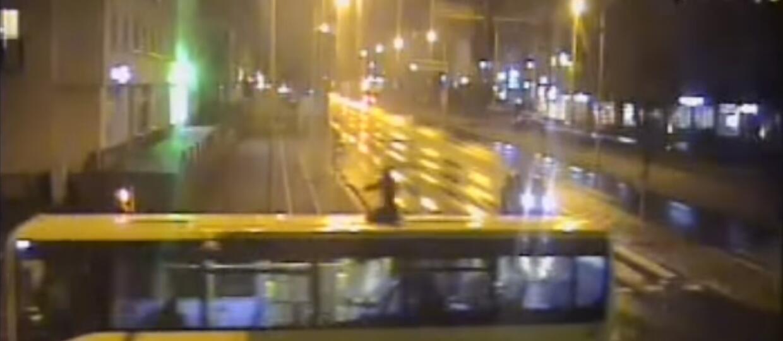 Jeździł na dachu autobusu, bo chciał zaistnieć w sieci