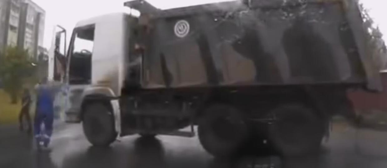 Kierowca ciężarówki dał nauczkę pieszemu...