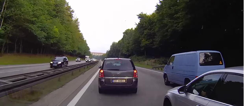 Kierowca Skody spycha samochody na obwodnicy Trójmiasta