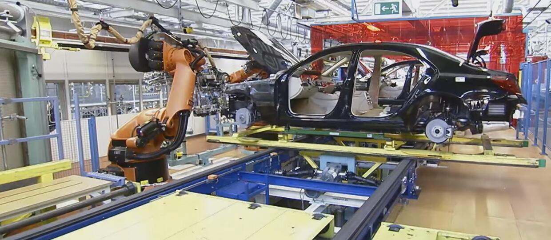 Mercedes zastępuje roboty ludźmi
