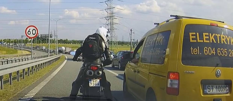 Motocyklista pouczał szeryfów blokujących lewy pas ruchu
