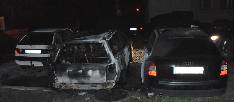 Nalewając paliwo poświecił zapalniczką – spłonęły 3 auta