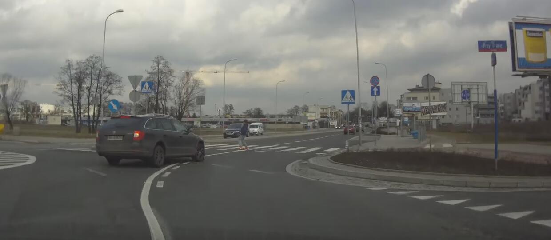 O włos od potrącenia pieszego na rondzie w Warszawie