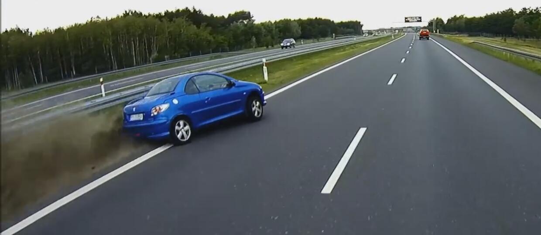 """Peugeotem 206 CC """"złapał"""" pobocze na autostradzie"""