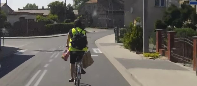 Rowerzysta sponiewierany ciężarem siatek