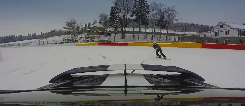 Snowboardem za Nissanem GT-R na torze w Spa