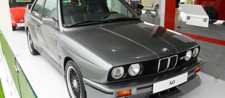 W obawie przed huraganem, zaparkował swoje BMW w salonie