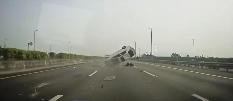 Wypadł z auta, bo nie zapiął pasów