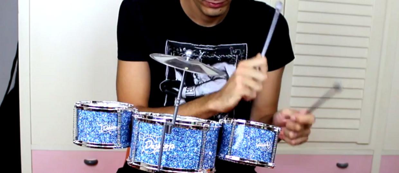 """All the Small Things"" Blink-182 zagrany na małych instrumentach"