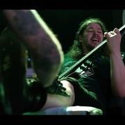 Basista był tatuowany podczas grania koncertu