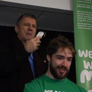Bruce Dickinson jako fryzjer w akcji charytatywnej
