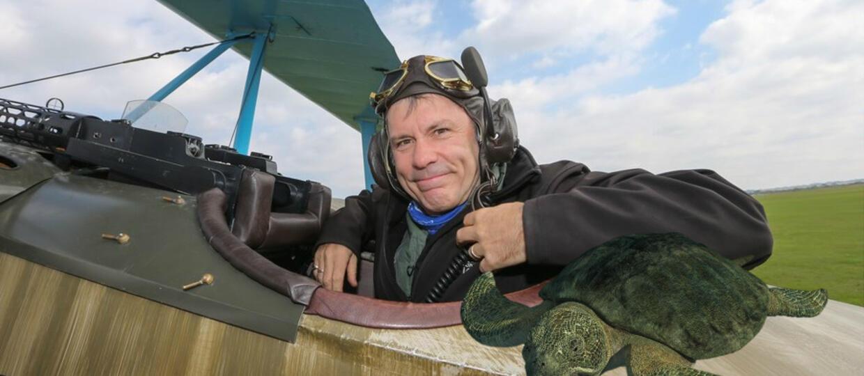 Bruce Dickinson poleciał z żółwiem na Wyspy Kanaryjskie
