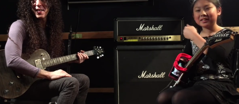 Były gitarzysta Megadeth uczy grać 10-latkę