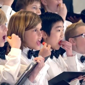 Co się stanie, gdy chór zje ostre papryczki przed występem?