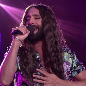 """Conchita Wurst zaśpiewała cover """"Purple Rain"""""""