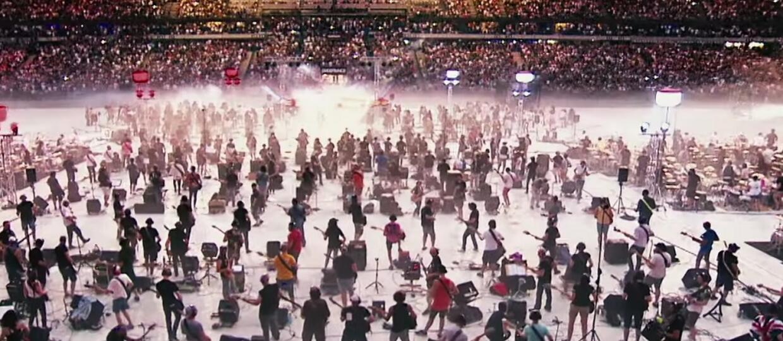 "Foto: kadr z wideo ""We Will Rock You - Queen / Rockin'1000 at Stade De France"""