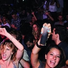 Alkohol w tłumie na koncercie