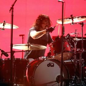 "Dave Grohl zagrał nietypowy perkusyjny cover ""Smells Like Teen Spirit"" Nirvany na koncercie Foo Fighters"