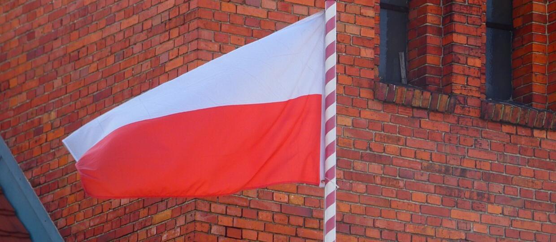 Dzień Flagi RP: Utwory z flagą Polski w tle