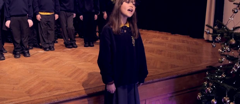 """Dziewczynka z autyzmem zaskoczyła wykonaniem """"Hallelujah"""" Leonarda Cohena"""